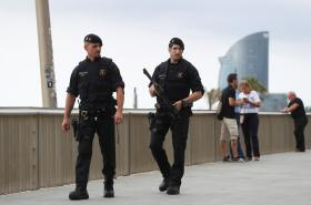Policisté hlídkují u pláže La Barceloneta