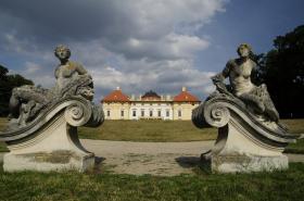 Zámek a barokní sochy ve Slavkově