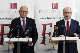 Premiér Bohuslav Sobotka a ministr financí Ivan Pilný (zprava).