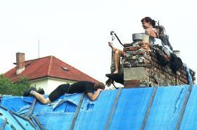 Skupina squatterů na střeše vily Milada v Praze