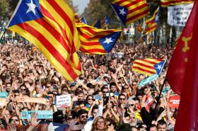 Demonstranti za nezávislost Katalánska v ulicích Barcelony