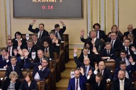 Nově zvolení poslanci na ustavující schůzi