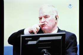 Mladič před tribunálem v Haagu