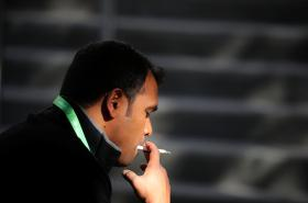 Muž s cigaretou v Los Angeles