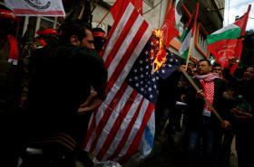 Palestinci protestují proti rozhodnutí Donalda Trumpa