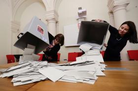 Otevírání volebních uren v Praze