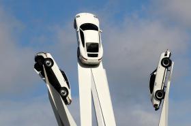 Instalace před muzeem továrny Porsche in Stuttgartu