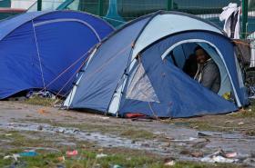 Běženci ve stanech poblíž Calais