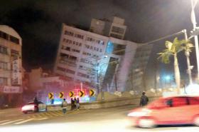 Zřícená budova po zemětřesení na Tchaj-wanu
