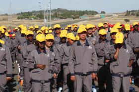 Čínští a etiopští dělníci na stavbě expresní dráhy u Addis Abeby