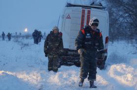 Záchranáři na místě havárie u vesnice Stěpanovskoje