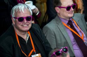 Delegáti sjezdu ČSSD s růžovými brýlemi od Jiřího Zimoly