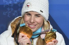 Ester Ledecká s olympijskými medailemi