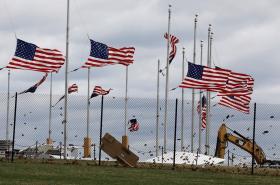 Americké vlajky v silném větru ve Washingtonu.