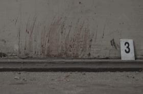 Krev na stěně cely