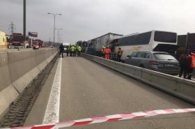Nehoda autobusu a kamionů na D1