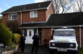 Policie před Skripalovým domem v Salisbury