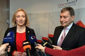 Generální ředitelka CzechInvestu Silvana Jirotková s ministrem v demisi Tomášem Hünerem