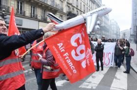 Úterní demonstrace zaměstnanců Air France v Paříži.