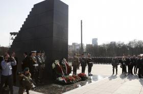 Ceremonie odhalení památníku smolenské tragédie na Pilsudského náměstí ve Varšavě
