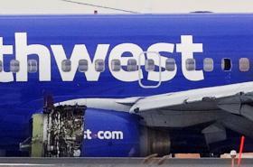 Poškozené letadlo po přistání ve Filadelfii
