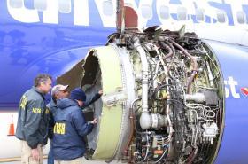 Inspektoři zkoumají zničený motor letadla Southwest Airlines