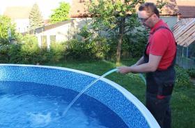 Napouštět bazén mohou lidé jen s povolením