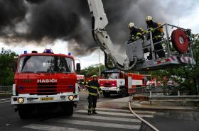 Zásah hasičů u požáru haly v Hostivaři