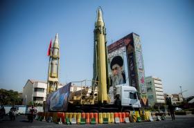 Instalace v Teheránu s raketami a portrétem ajatolláha Chameneího