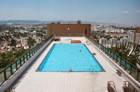 Bazén na střeše paneláku v Alterlaa