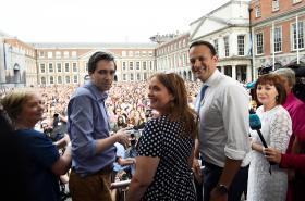 Irský premiér Varadkar (vpravo) před davem oslavujícím výsledky referenda