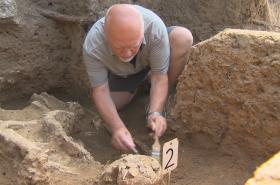 Archeologové ve Starém Městě odhalili přes dva tisíce kosterních ostatků