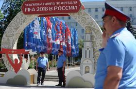 Hlídky procházejí Rostovem na Donu, jedním z měst, kde se šampionát uskuteční
