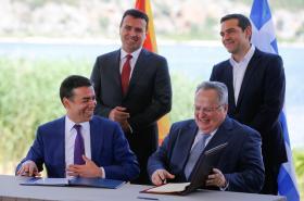 Ministři zahraničí Dimitrov a Kotzias podepisují dohodu. Za nimi premiéři Zaev a Tsipras
