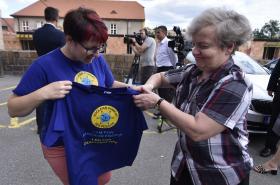 Předsedkyně Státního úřadu pro jadernou bezpečnost Dana Drábová (vpravo) dostává triko od příznivkyně jaderné energie.