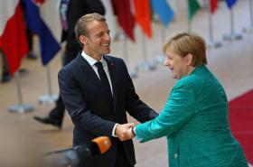Francouzský prezident Emmanuel Macron a německá kancléřka Angela Merkelová na summitu
