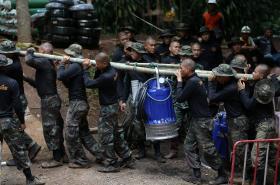 Vojáci přinášejí vodní čerpadlo