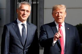 Jens Stoltenberg a Donald Trump před summitem NATO v Bruselu