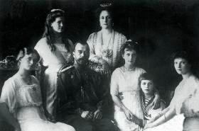 Car Mikuláš II. s carevnou a dětmi