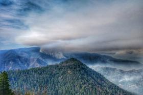 Kouř od požáru v Yosemitském národním parku