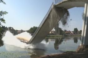 Zbourání lávky v Nymburce