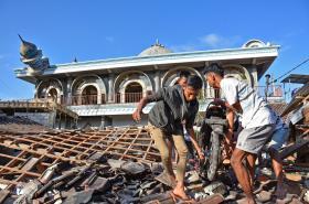 Odklízení trosek na ostrově Lombok