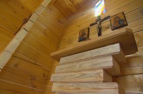 Dřevěný oltář má dvojí symboliku, propojuje víru s vědou