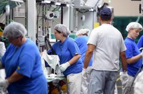 Práce na montážní lince v závodě na výrobu světlometů společnosti Hyundai Mobis v Mošnově