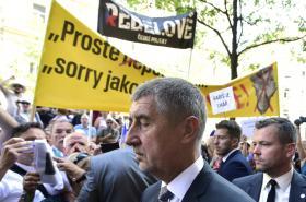 Andrej Babiš a dav protestujících před Českým rozhlasem