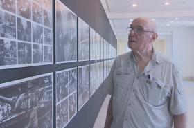 Tři z omi statečných navštívili výstavu fotografa Koudelky v Praze