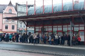 Více než stovka lidí čekala v sobotu ve frontě u pokladen terminálu MHD v Liberci, aby koupili levnější předplatné.