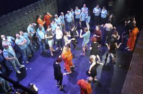Členové hnutí Slušní lidé přerušili divadelní představení