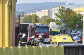 V Plzni spadl vrtulník na výrobní halu, na místě zemřeli čtyři lidé