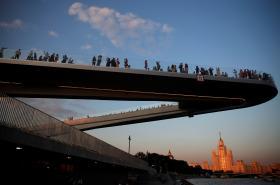 Rampa nad řekou v novém parku Zarjaďje v Moskvě